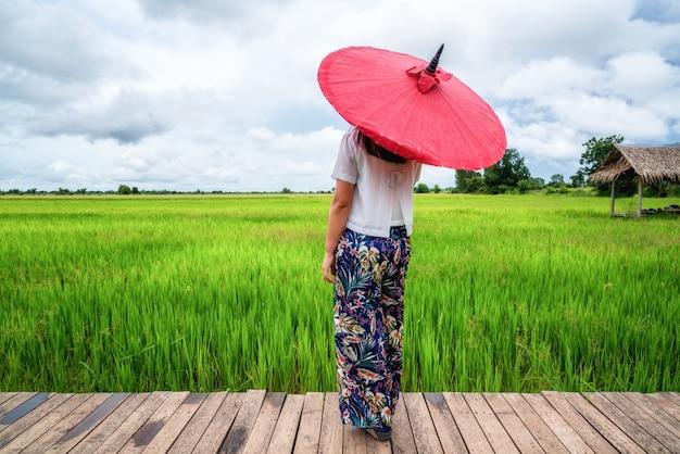 Viajero mujer senderismo paisaje de campo de arroz asiático.