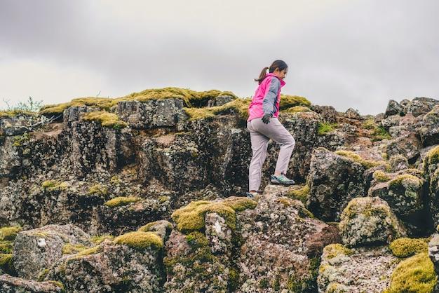 Viajero mujer senderismo a través del paisaje de islandia.