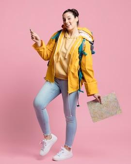 Viajero mujer sosteniendo una brújula y un mapa