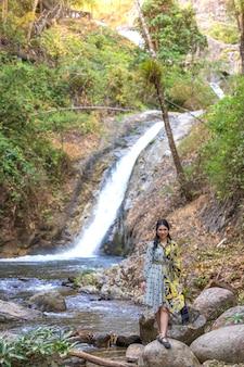 Viajero de mujer tailandesa viaja a increíble belleza en el bosque tropical