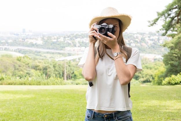 Viajero mujer tomando una foto en la naturaleza