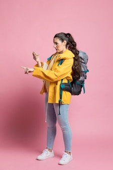 Viajero mujer usando una brújula para direcciones