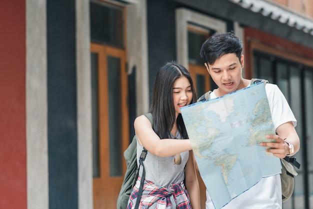 Viajero pareja asiática dirección en mapa de ubicación en beijing, china