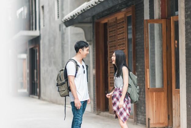 Viajero pareja de mochileros asiáticos se siente feliz viajando en beijing, china