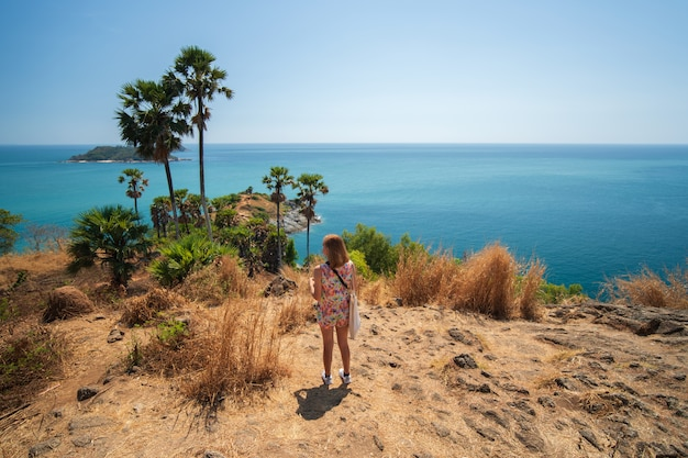 Viajero en el punto de vista promthep cape de phuket tailandia