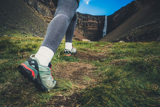 Viajero que camina en la cascada de hengifoss
