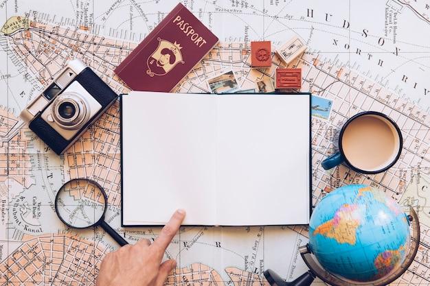 Viajero que señala en el bloc de notas en blanco