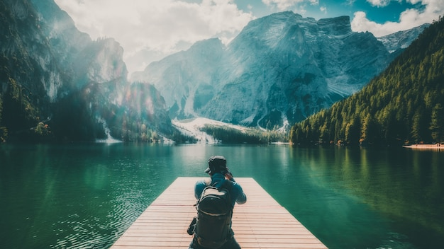 Viajero que toma la foto del lago braies en italia.