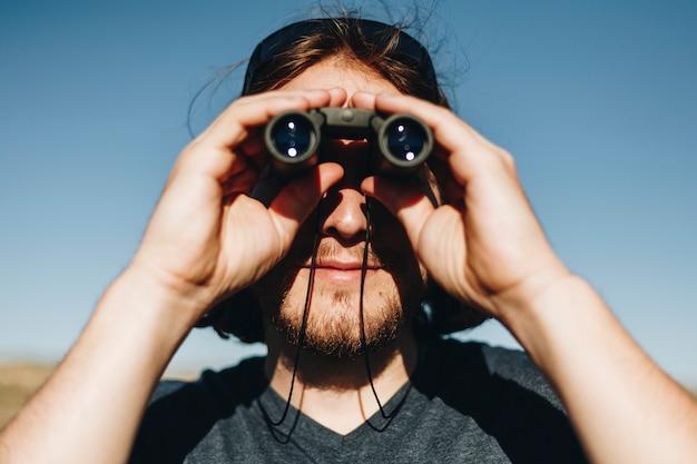 Viajero que usa binoculares