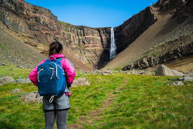Viajero de senderismo en la cascada de hengifoss, islandia