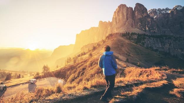 Viajero senderismo paisaje impresionante de dolomita