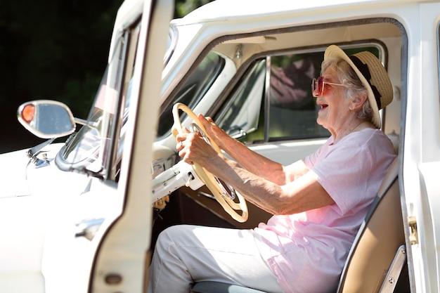 Viajero senior con gafas de sol rojas