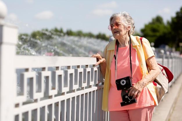Viajero senior sosteniendo una cámara