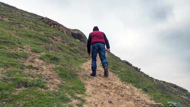 Un viajero solitario sube a la cima de una montaña.