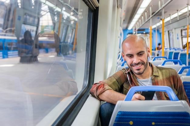 Viajero sonriente en metro