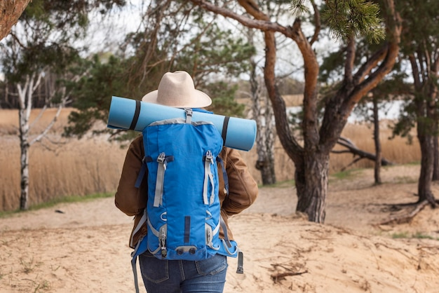 Viajero de tiro medio con mochila