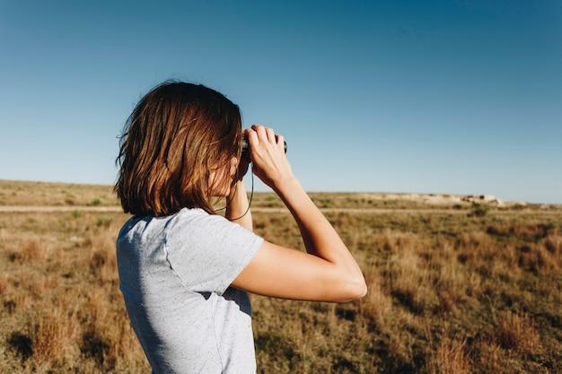 Viajero utilizando binoculares