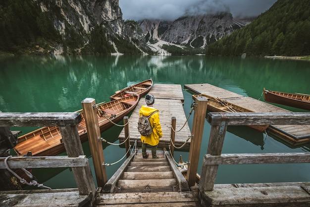 Viajero visitando un lago alpino en braies, italia