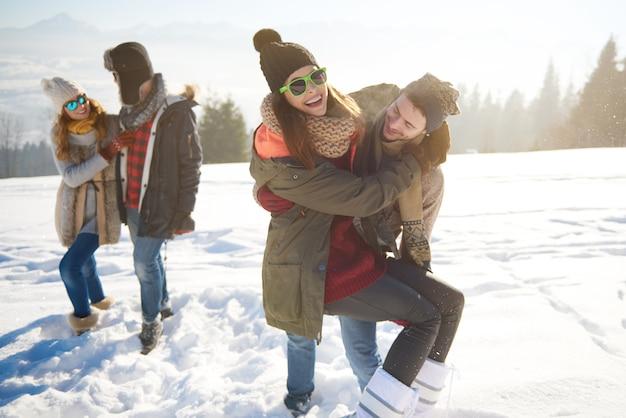 Viajeros alegres en montañas nevadas