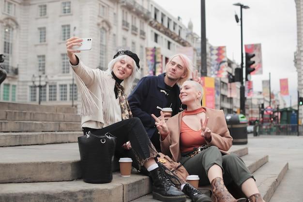Viajeros de la ciudad de londres con vibraciones otoñales