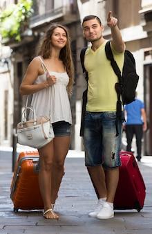 Viajeros con equipaje en la calle