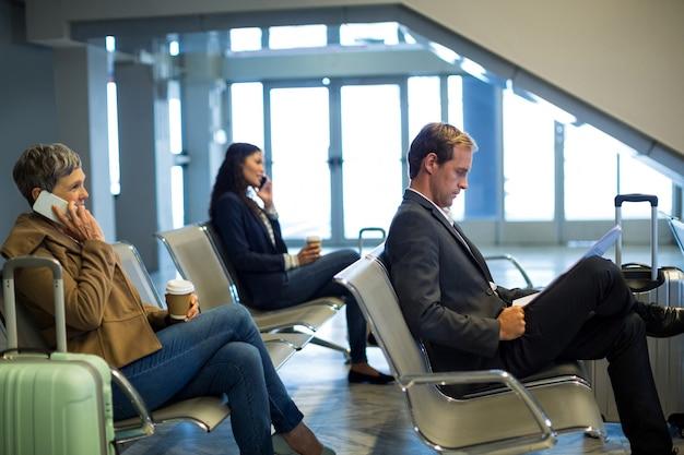 Viajeros esperando en la sala de espera
