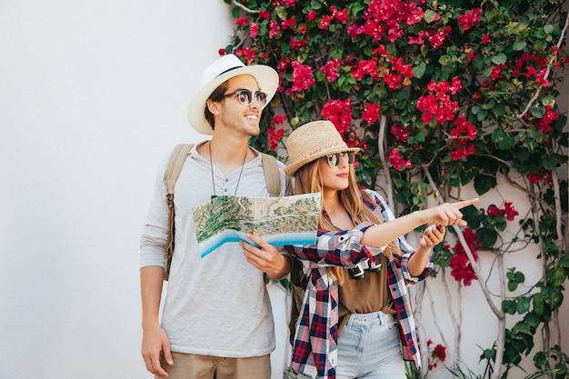 Viajeros felices con mapas