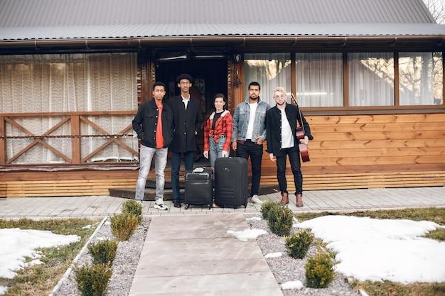 Viajeros hipster listos para un viaje. hombres y mujeres indios con maletas en casa.