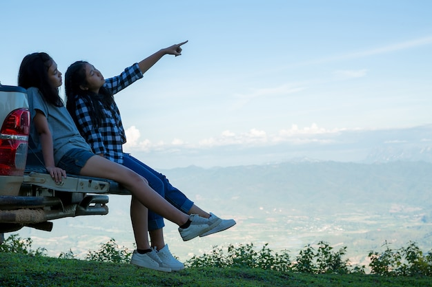 Viajeros, mujeres jóvenes, miren las increíbles montañas y bosques, ideas para viajar con pasión por los viajes,