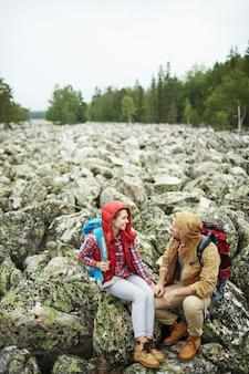 Viajeros que hablan sobre rocas