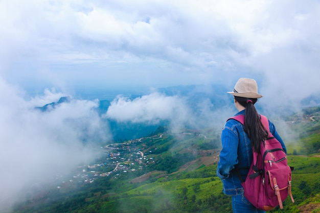 Viajeros que miran la montaña de phu tub berk con niebla, tailandia