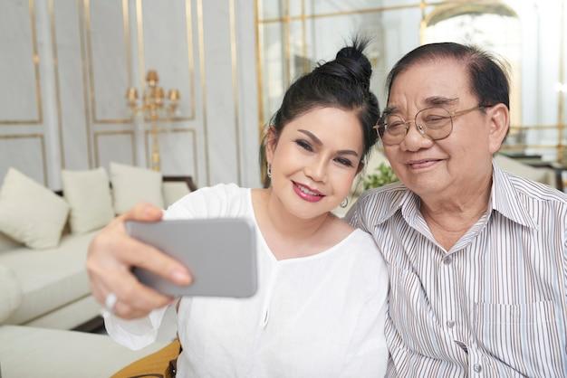 Viajeros que toman selfie