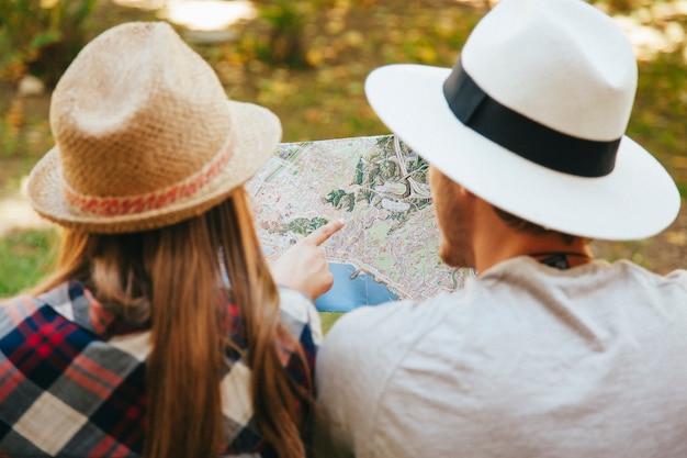 Viajeros con sombrero y mapa
