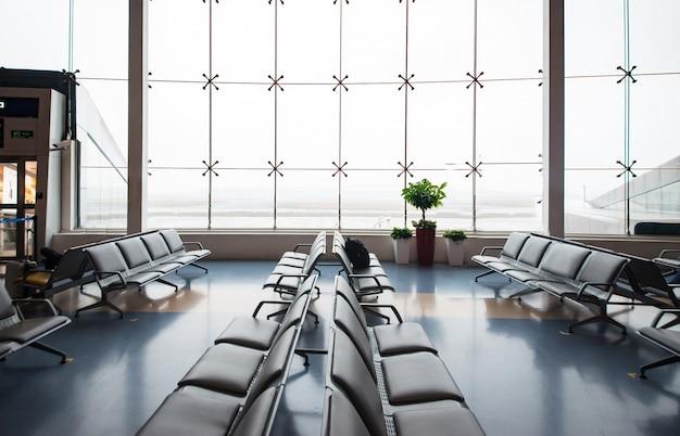 Viajes aeropuerto de negocios de pie moderna