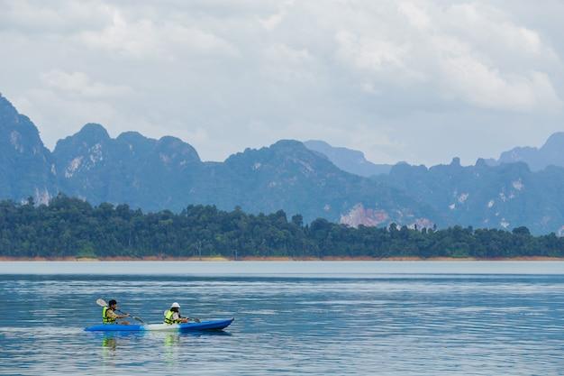 Viajes y luna de miel kayak y piragüismo con amante. ver montaña