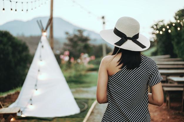 Viajes mujer asiática con camping