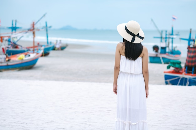 Viajes mujer caminando en la playa