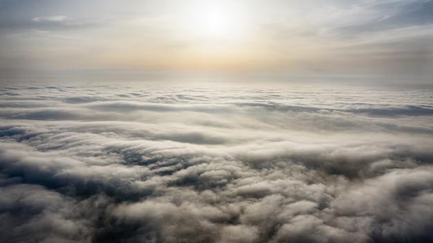 Viajes y ocio, concepto, drone volando muy por encima de las nubes, atmósfera espiritual.