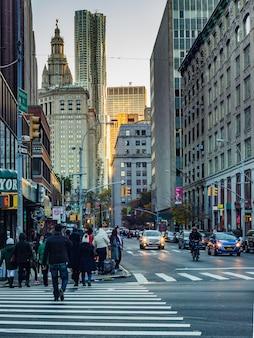 Los viajes en taxi cruce rascacielos tráfico