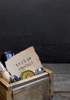 Viajes y vacaciones, caja de madera mesa de fondo, brújula, mapa