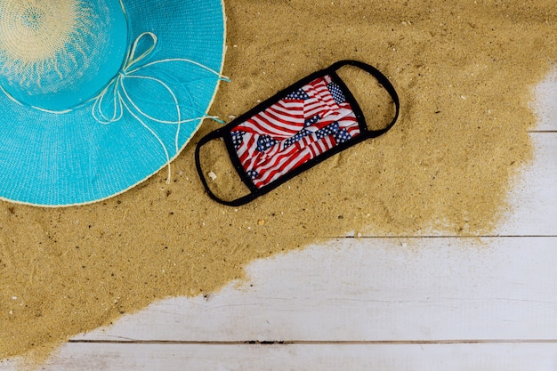 Viajes y vacaciones durante la cuarentena de coronavirus covid-19. máscaras en lugares públicos de vacaciones durante la pandemia médica máscara contra el descanso en la playa