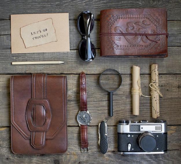 Viajes y vacaciones, fondo de mesa de madera, cámara, bloc de notas, reloj, mapa