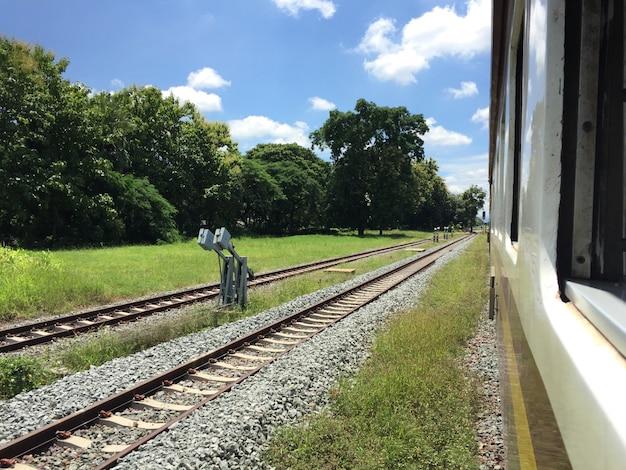 Vías de ferrocarril en una escena rural, rutas de viaje en tren tailandés