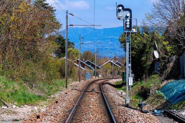 Vías de ferrocarril a través de un pueblo suizo cerca de la frontera francesa