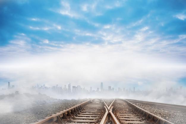 Vías del tren que conducen a la ciudad en el horizonte