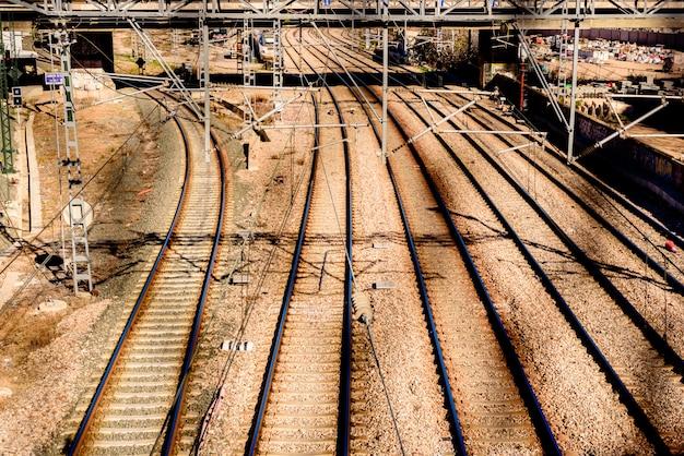 Vías de tren vacías en la estación norte de valencia.