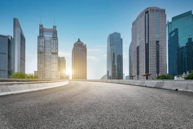 Vías urbanas y edificios modernos en el distrito financiero de lujiazui, shanghai