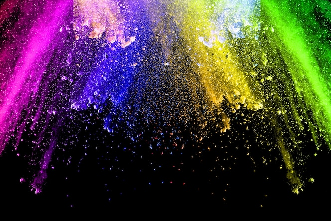 Vibrante explosión de polvo de color sobre fondo negro.