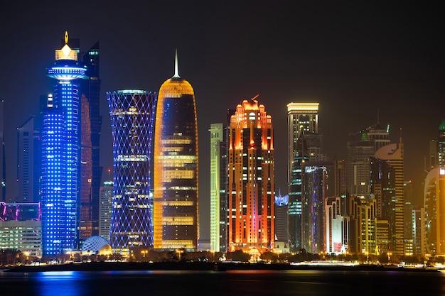 Vibrante horizonte de doha por la noche, visto desde el lado opuesto de la bahía de la ciudad capital por la noche.
