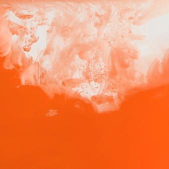 Vibrante nube naranja de neblina